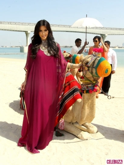 Kim-Kardashian-and-Kris-Jenner-Ride-Camels-in-Dubai-34-435x580
